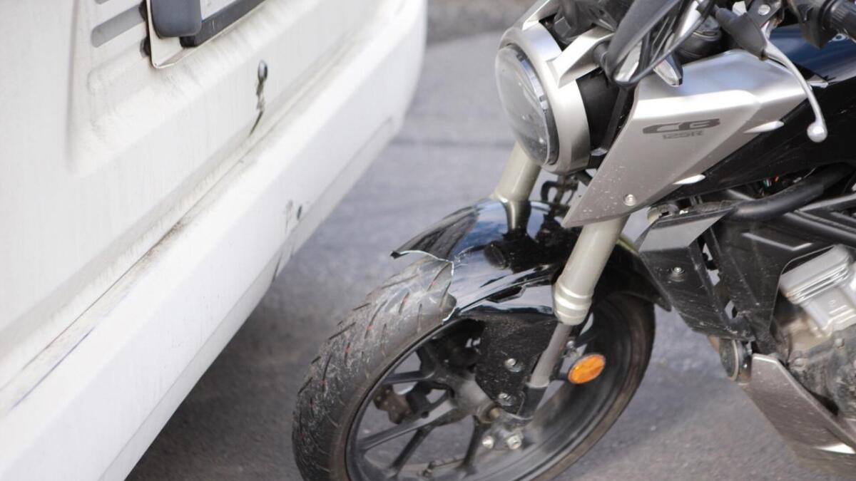 Lettmotorsykkelen fikk tydelige skader etter kollisjonen.