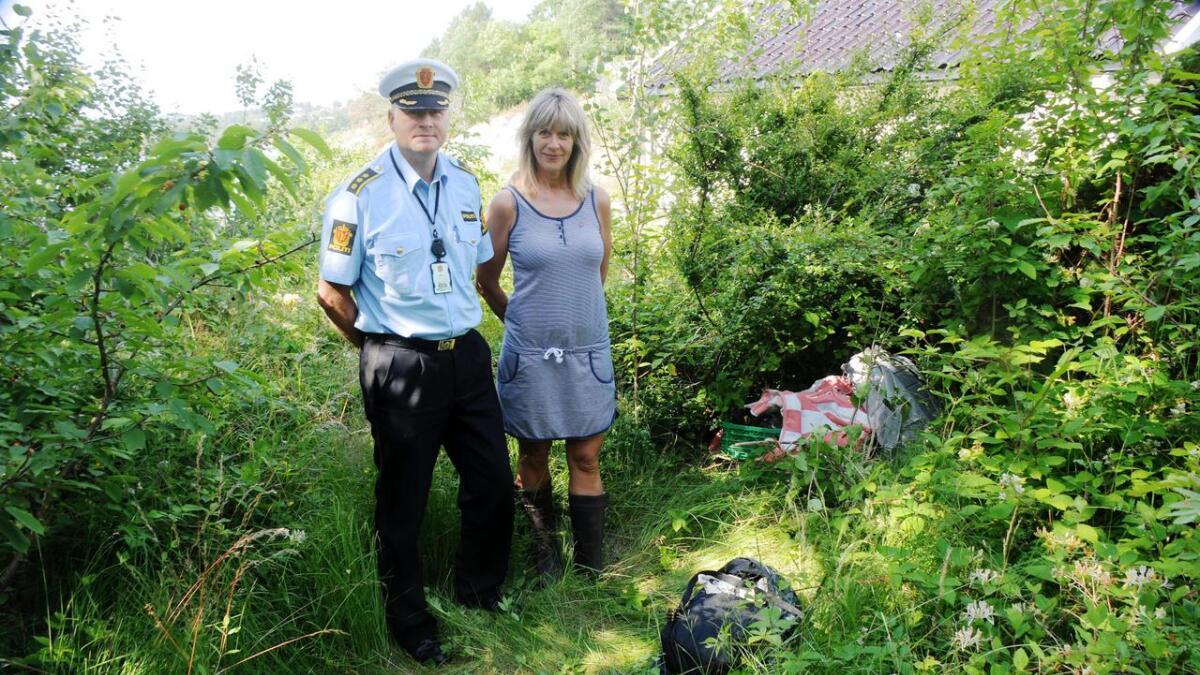 Dagen etter innbruddet ble tyvegodet funnet av forbipasserende turister i terrenget like utenfor huseiers hage i Guldmandsveien. Her er fungerende stasjonssjef Halvor Øymoen sammen med huseier Hilde Røinås.