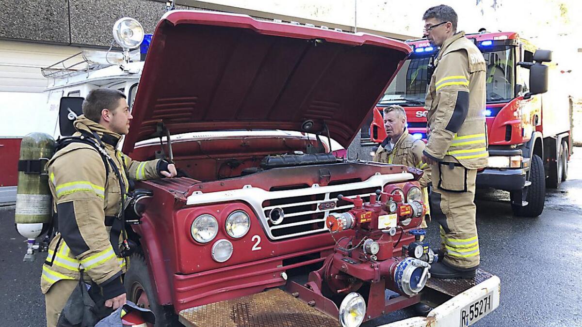 Brannbilen frå 1965, med vasspumpe i fronten og ein motor som framleis summa fint, vekte interesse både frå publikum og brannmannskapa. Frå venstre Ruben Svarstad, Anders Mathias Straume og Morten Straume.