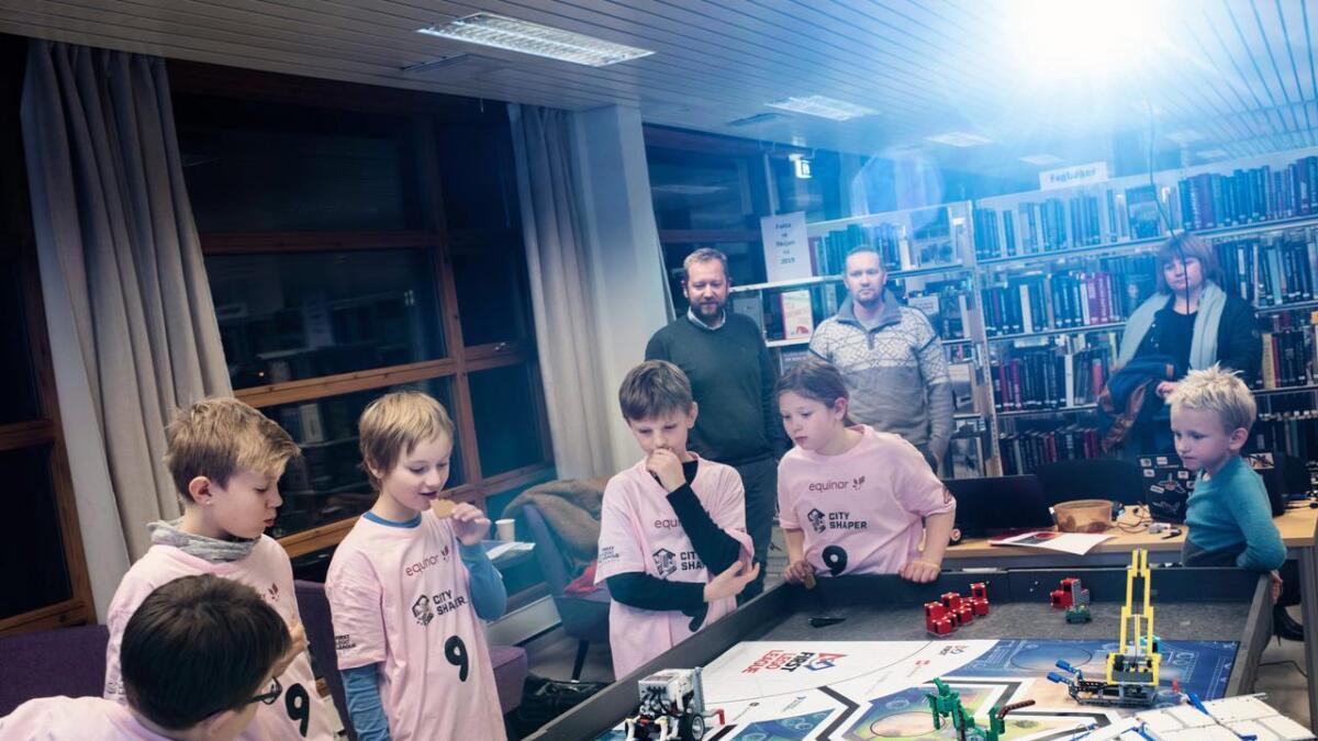 Dei vaksne innrømmer at det er moro for dei også. Det er full konsentrasjon når dei testar ut roboten på banen.