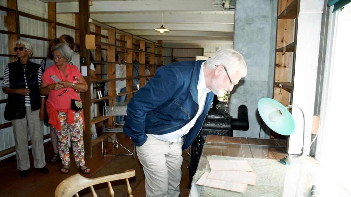 Publikum synes det var en stor opplevelse å få gå rundt og se på Knut Hamsuns ting i dikterstua på Nørholm. En glassplate beskytter den gamle voksduken.  Det var trangt i stua, fordi etter hvert som han trengte mer plass til bøkene sine, satt han opp en ekstra bokhylle, som delte rommet i to.