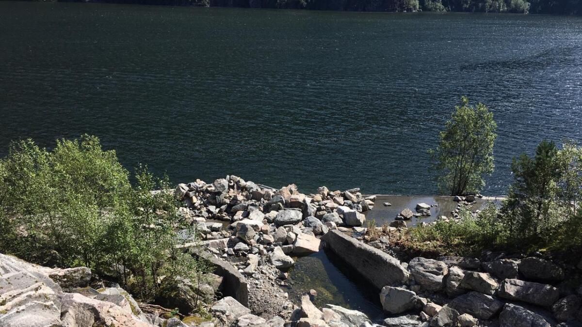 Jord- og steinmassane har nærast vaska vekk vegen fleire stader.