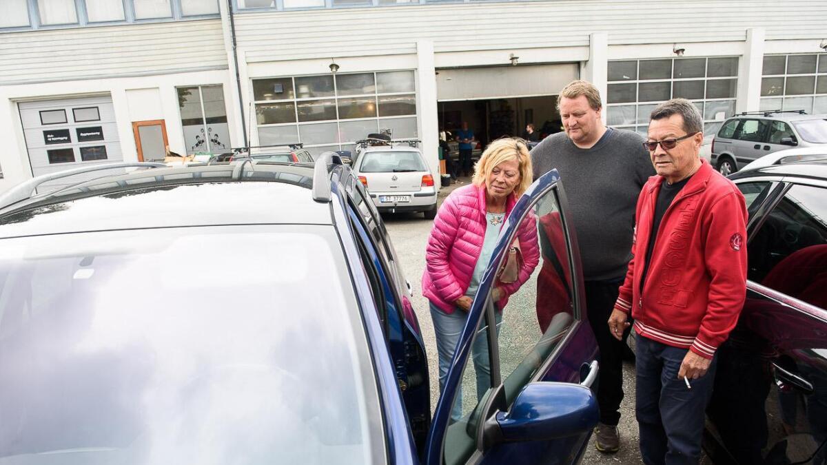 Berit Laila Fitjar Morales og Hector Morales (heilt til høgre) får hjelp av Jan-Inge Aasheim i Bare Brukt Bil Stord til å selja stasjonsvogna si.