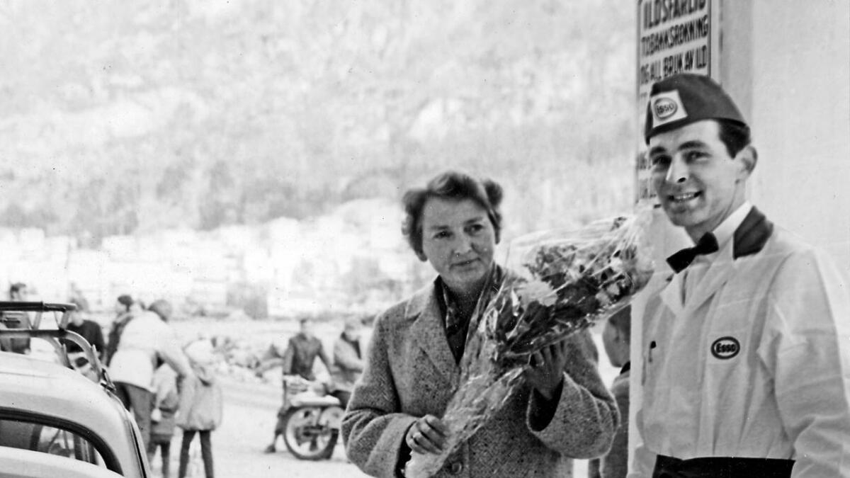 Mary Dankertsen si boble var den første som fekk bensin på den nye Esso-stasjonen i mai 1969. Her med stasjonsbestyrar Agnar Vatle (Biletet er utlånt av Vaksdal Fotoarkiv)