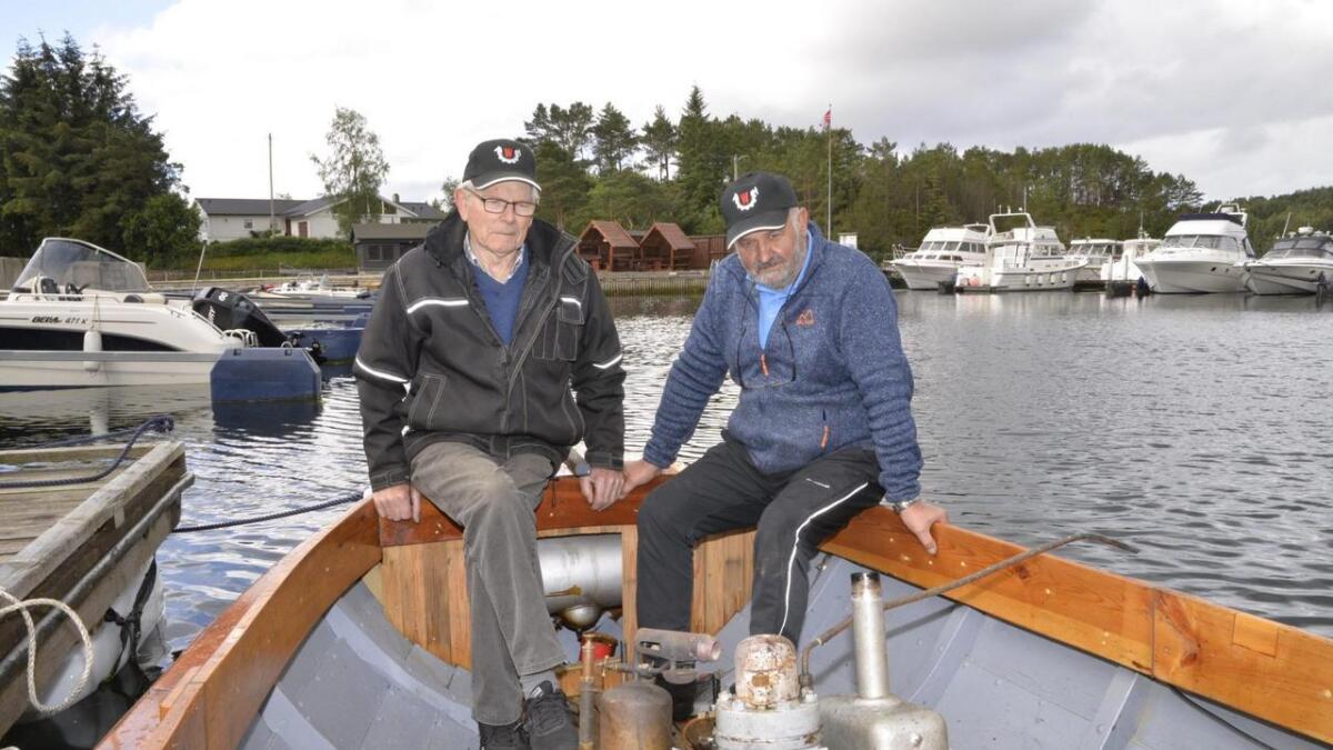 Richard Martin Kvarven og Hans Borgen har brukt «nokre timar» på å restaurera den gamle båten og motoren, og fleire vil det nok bli, ifølgje dei to.