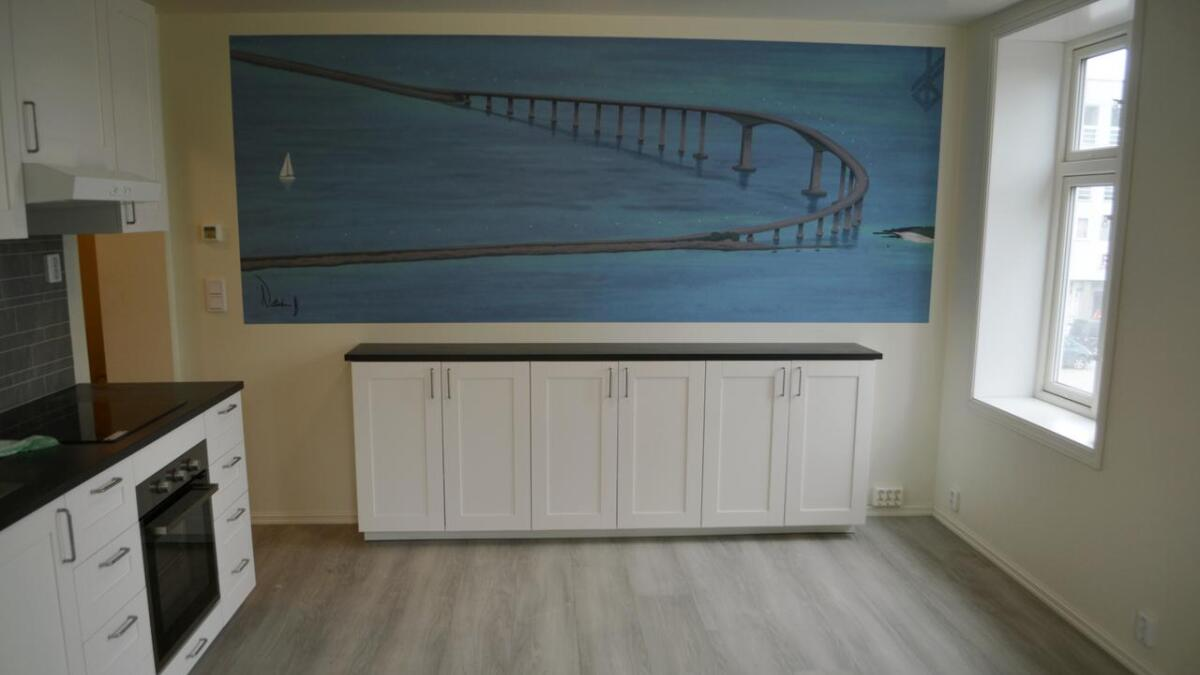 Leilighetene får hvert sitt maleri av et landemerke i Hadsel på veggen i den kombinerte stua og kjøkkenet. Kunstner er Ann Katrin Grimstads datter Natasha. Her er Hadselbrua.