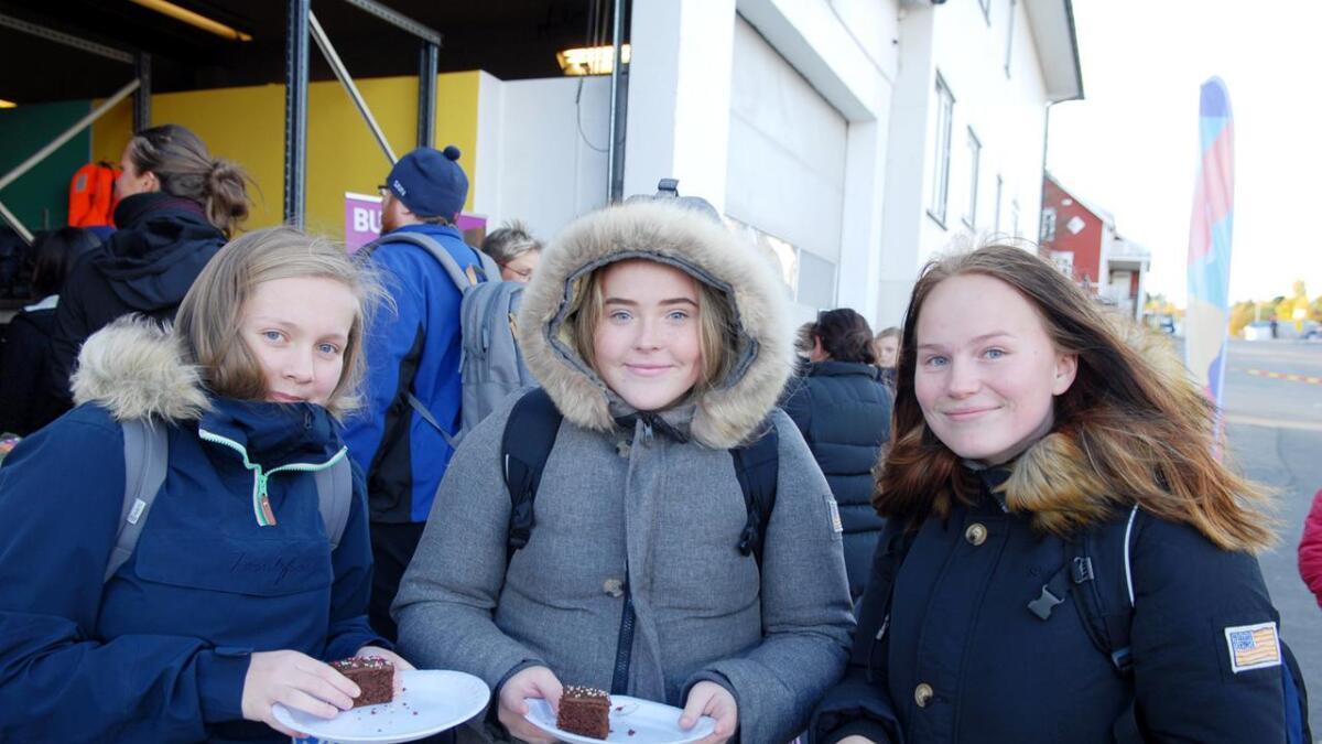 Christina Johnsen (f.v.), Tora Krüger og Sara Nilsen koser seg med et kakestykke.