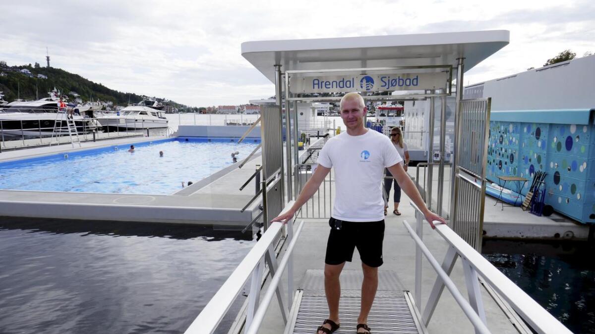 Havnevert Oscar Duus Carlsen forteller at bassenget har vært veldig mye brukt i år. Men han har gode tips til den som vil svømme litt i fred.