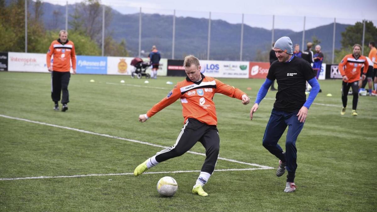 Rubb Oldboys, representert ved Christian Innvær til venstre, spelte ein spennande kamp mot Maxims Bodrovs og Sunnhordland Anlegg