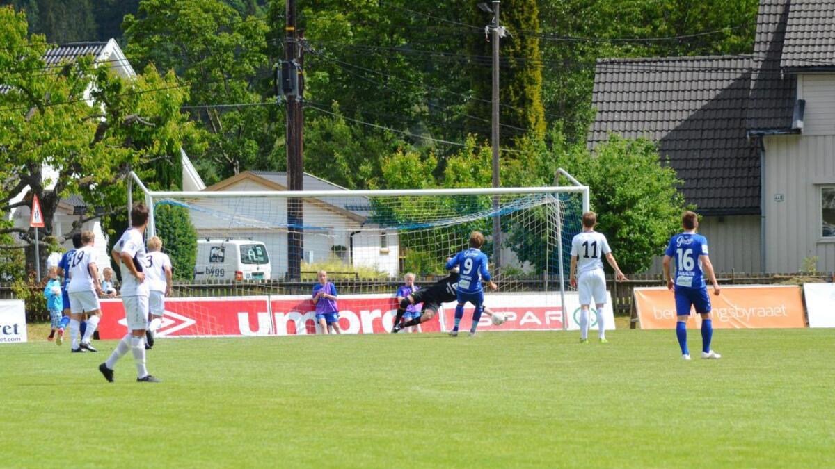 På stillingen 0-1 til Fyllingsdalen bommet Øyvind Gausdal på straffe. Han rettet opp sin egen feil med å score det viktige 3-2 målet senere i kampen.