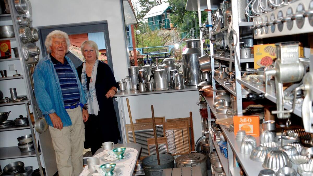 Marit og Hans Olaf Aanensen i deler av samlingen sin. Mye arbeid ligger bak utstilling av 3.000 gjenstander.
