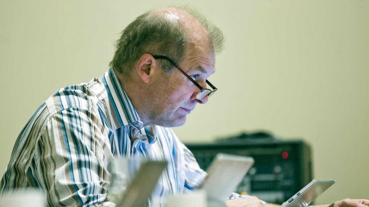 Rådmann Einar Hauge sluttar seg til rapporten frå advokat Harald Pedersen, der han konkluderer med at kommunalsjefen ikkje har brote arbeidsmiljølova, og at ho har handla innanfor styringsretten ho har som leiar.