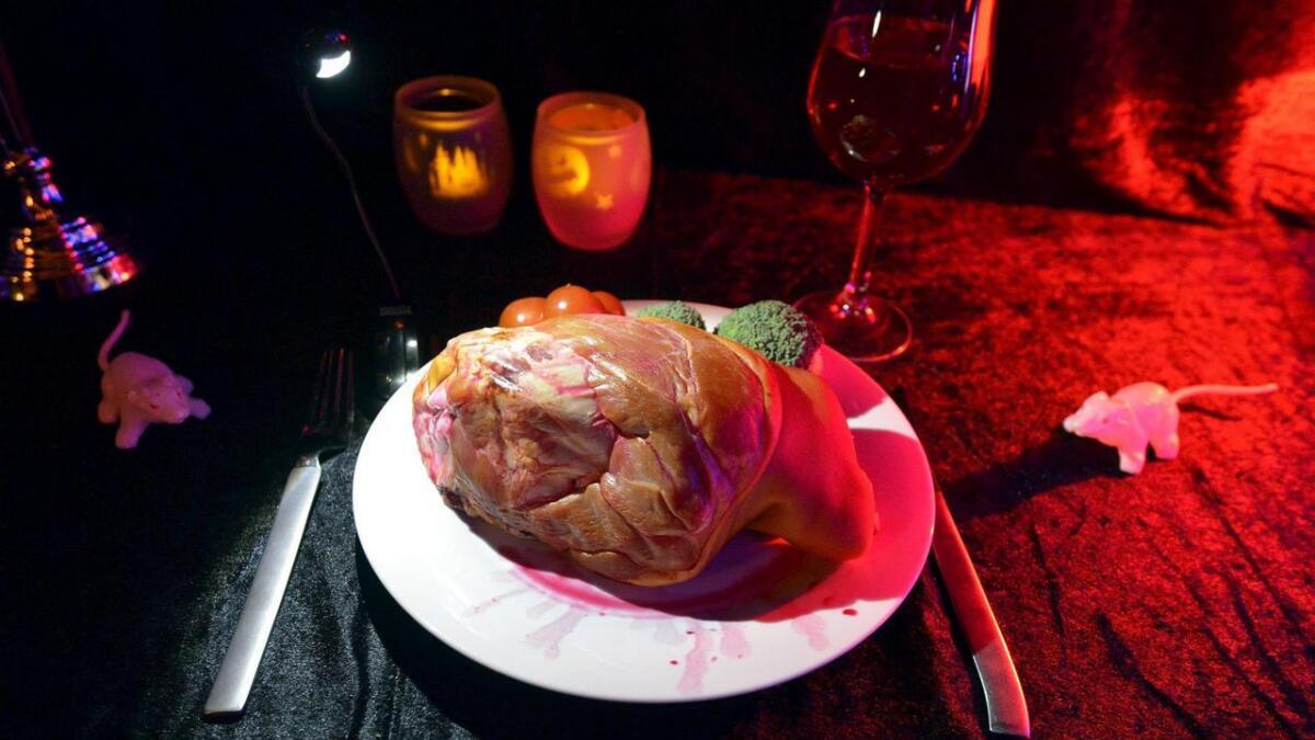 Svinenakken på bordet skal illustrere et hjerte, og mus og rotter krabber rundt mattallerken.